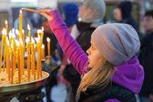 Ortodoks Kilisesi mumlar ile küçük sarışın kız — Stok fotoğraf