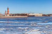 Rostral columns and floating ice on Neva river in Petersburg — Stock Photo