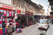 Turkish bazaar street view with sellers and buyers walking — Stock Photo