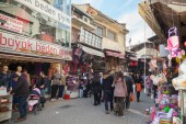Turkish bazaar street view with sellers and crowd of buyers — Stock Photo