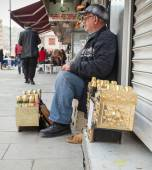 Senior shoeshine man sitting on his workplace — Stockfoto
