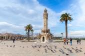 Doves and ordinary people on Konak Square, Izmir — Stock Photo