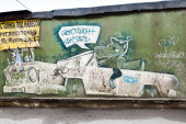 Graffiti with crocodile in the car on old green concrete wall — Stock Photo