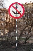 Mooring prohibited, round navigation sign on metal pole — Stock Photo