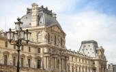 Siyah sokak lambası ve cephe Louvre Müzesi — Stok fotoğraf