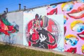 Grafite colorido com personagens de desenhos animados e sorrisos — Fotografia Stock