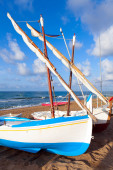Small white sailing boats lay on the sandy beach — Stock fotografie
