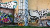 Soyut graffiti ile terk edilmiş kentsel avlu — Stok fotoğraf