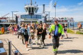 Tourists descend from the Suomenlinna II ship — Stock Photo