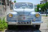 Hafif mavi Renault 4cv ihtiyar, önden görünüm — Stok fotoğraf