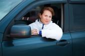 Jonge Kaukasische vrouw als een stuurprogramma in een grote auto — Stockfoto