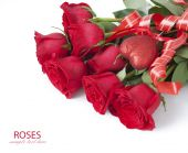 Rose flowers and heart symbol bunch isolated on white background — Stock Photo