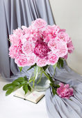 Still life with peony flowers and books on artistic background — Foto de Stock