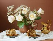 Still life with bunch of roses, cups of tea and pot on artistic background — Stock Photo