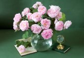 Still life with tea roses bunch in vase on artistic background — Stockfoto
