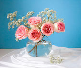 Bunch of pink roses in vase — Stok fotoğraf