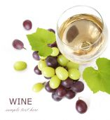 White wine and red and green grapes with leaves. Isolated on white — Stock Photo