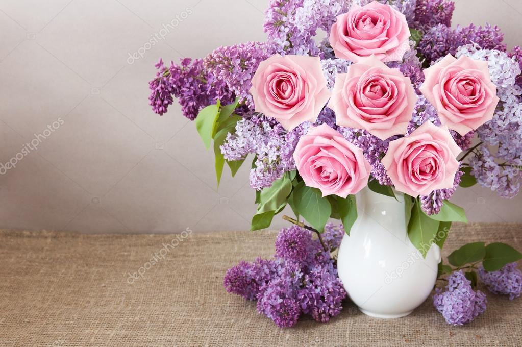 Flores Lilas Con Rosas Sobre Fondo: Bodegón Con Rosas Y Flores Lilas Sobre Fondo Artístico