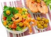 Vegetable salad, shrimp and olives — Stock Photo