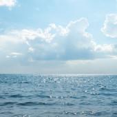 Ciel ensoleillé nuageux sur mer — Photo