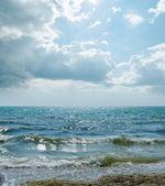 Dramatic sky and waves on sea — Stockfoto