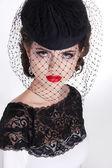 Beautiful brunette retro woman portrait in elegant hat with red — Stockfoto