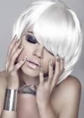 Fashion girl. Blond bob hairstyle. Eye makeup closeup. Beautiful — Stock Photo