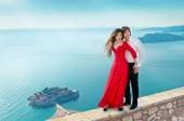 Young couple embraccing over the sea on romantic travel honeymoo — Stock Photo