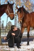 мальчик подростка и две коричневых лошади — Стоковое фото