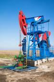 Olej pracownik sprawdzanie pompy oleju — Zdjęcie stockowe