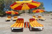 Sunbeds and umbrella on beach — Stockfoto
