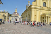 Tourists walk on the territory of the Peter and Paul Fortress. — Stock Photo