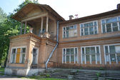 Old wooden abandoned buildind, Manor Gromov. — Stock Photo