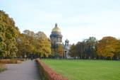 Alexander Garden and St.Isaacs Cathedral in autumn day. — Stock Photo
