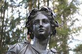 Statue of a woman in Pavlovsk park. — Stock Photo