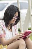 Thais meisje ontspannen met digitale tablet — Stockfoto
