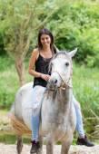 Jeune femme avec son cheval — Photo