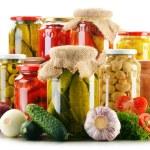 Komposition mit Gläsern von eingelegtem Gemüse. Marinierte Lebensmittel — Stockfoto #54637929