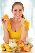 Młoda kobieta o śniadanie. zbilansowana dieta — Zdjęcie stockowe