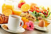 Frühstück mit Kaffee, Saft, Croissant, Salat, Müsli und Ei — Stockfoto