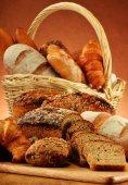 плетеная корзина с разнообразием выпечки продукции — Стоковое фото