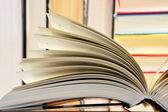 Композиция с твердый переплет книги в библиотеке — Стоковое фото