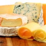 diferentes tipos de queijo, isolado no fundo branco — Fotografia Stock  #67513935