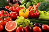Composición con una gran variedad de frutas y hortalizas orgánicas — Foto de Stock