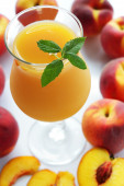 Fresh juice from peaches — Stock Photo