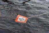 Thin Ice sign in water — Stock Photo