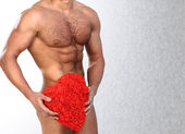 Photo of naked athlete man with strong body, with big red heart in his arms — Stockfoto