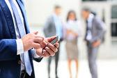 Zblízka muže pomocí chytrý mobilní telefon — Stock fotografie