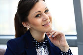 Portrait of a young confident business woman smiling — Stock Photo