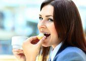 úspěšné podnikání žena pít šálek kávy — Stock fotografie